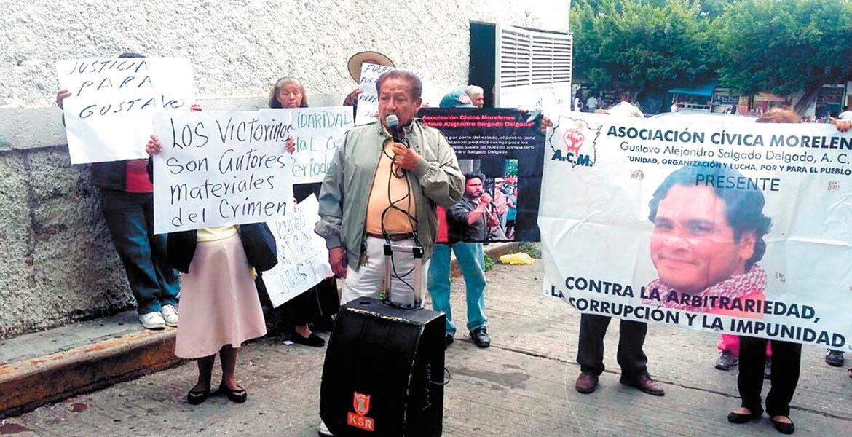 Reclamo. Hace unos días varias personas se manifestaron en la Fiscalía exigiendo justicia por el asesinato de Gustavo Salgado.