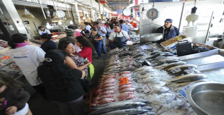 Abarrotan mercado de mariscos La Nueva Viga en CDMX pese a coronavirus