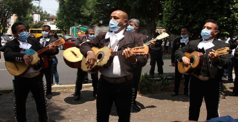 Mariachis llevan serenata a personal médico y pacientes del INER por coronavirus