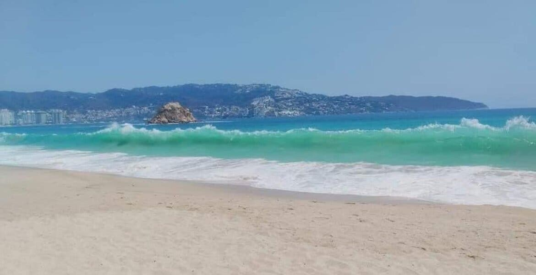 Durante cuarentena por coronavirus playas de Acapulco lucen completamente limpias
