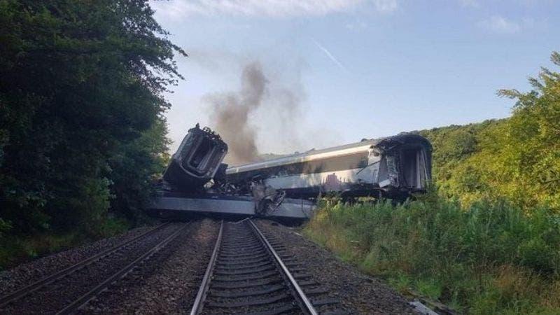 Se descarrila tren de pasajeros en Escocia, deja varias víctimas (VIDEO)