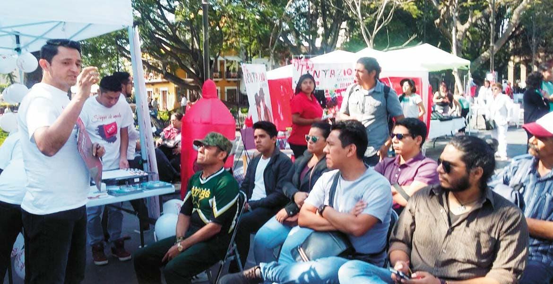 Informan. En Plaza de Armas, jóvenes y adultos aprovecharon los servicios de la Feria de la Salud Sexual, para la prevención de enfermedades de transmisión sexual, VIH y embarazos no deseados.