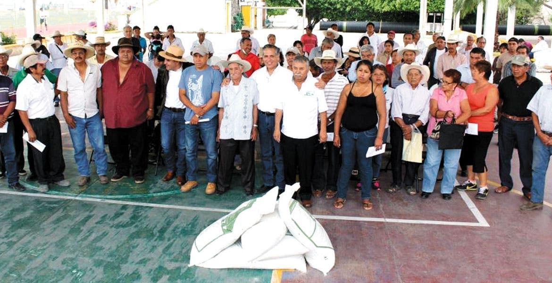 Entrega. El titular de Sedagro y el alcalde de Yautepec encabezaron el acto de entrega de los apoyos.