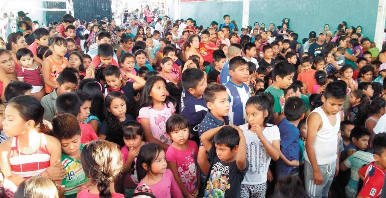 En la Estación. Decenas de niños convivieron en la cancha de los Patios de la Estación con el alcalde Cuauhtémoc Blanco, donde recibieron juguetes.