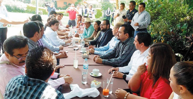 Reunión. Los diputados Jaime Álvarez, Julio Espín y Alberto Martínez se entrevistaron con presidentes municipales para revisar rescate financiero.