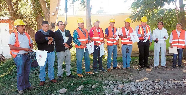 Manos a la obra. El alcalde Agustín Alonso Gutiérrez durante la puesta en marcha de los trabajos hidráulicos.