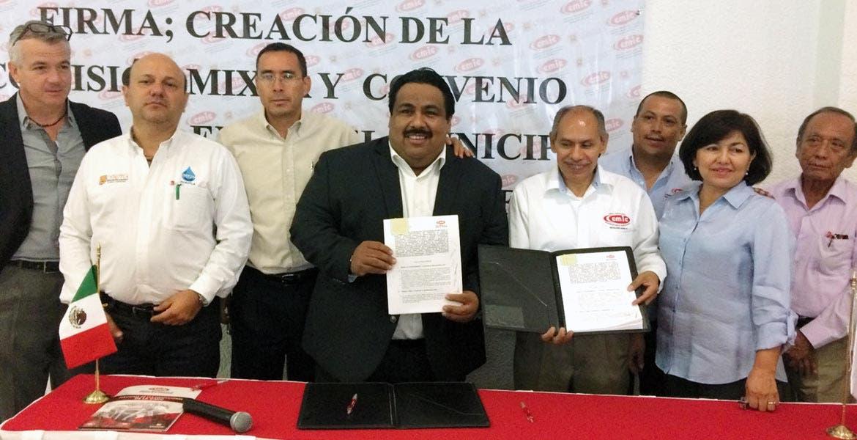 Firma. El alcalde de Cuautla, Raúl Tadeo Nava, acompañado por el presidente de la CMIC, Miguel Ángel Rojas