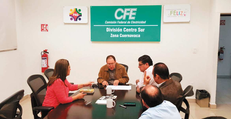 Formalizan. El superintenden de CFE, Ramón Cota; el secretario del Ayuntamiento, Guillermo Arroyo, llegaron a acuerdos de pago para reactivar la operación de los pozos, y la senadora Lisbeth Hernández atestiguó el convenio.