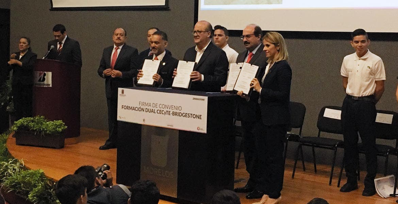 Convenio. El Gobernador Graco Ramírez y el presidente y director general de Bridgestone México, Daniel Benvenuti, durante la firma del acuerdo en el que jóvenes cursarán el bachillerato en las instalaciones de la planta.