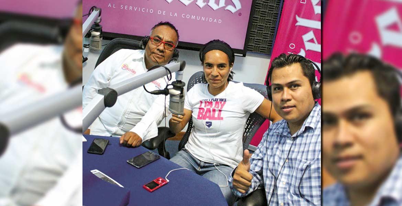 Destacada. Mónica Ocampo, seleccionada nacional, acompañada por Justino Miranda y Santiago Beltrán en el Foro de la 99.1 FM.