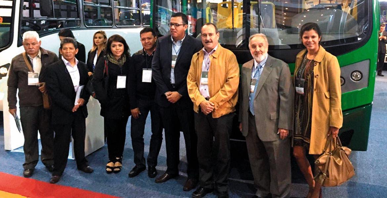Visita. Concesionarios, acompañados del secretario de Movilidad y Transporte, Jorge Messeguer, pudieron apreciar los nuevos modelos que se ofertan para el transporte de pasajeros.