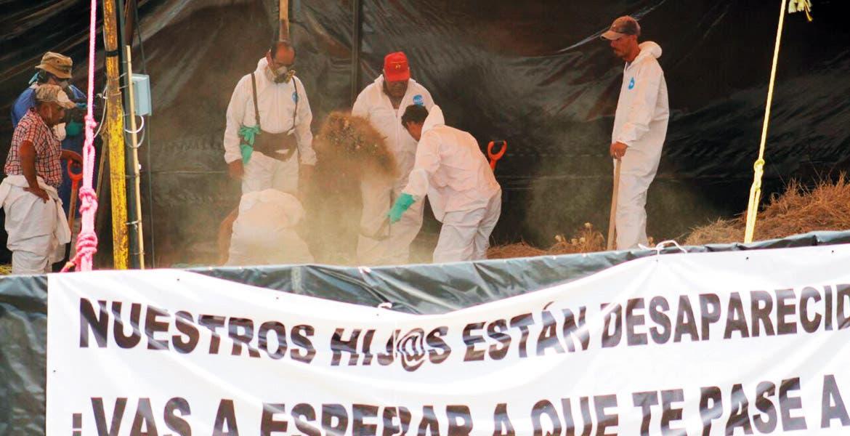 La labor. Personal de la Fiscalía General del Estado con palas y picos excavaron entre tres y cuatro metros hasta dar con los cadáveres de las fosas.