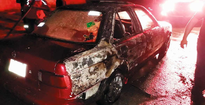 Control. Bomberos acudieron a la colonia Campo Verde para apagar las llamas; autoridades dijeron que desconocen las causas que originaron el hecho.