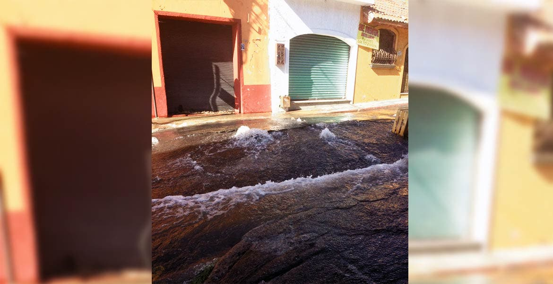 Ríos. Por 45 minutos el agua fluyó por la calle Matamoros, desperdiciándose miles de litros, hasta que los trabajadores de SAPAC llegaron para reparar el desperfecto