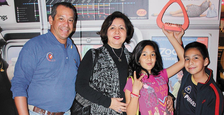 Oziel González, padre, Irene Orcazas, Mafer González y Oziel González, hijo