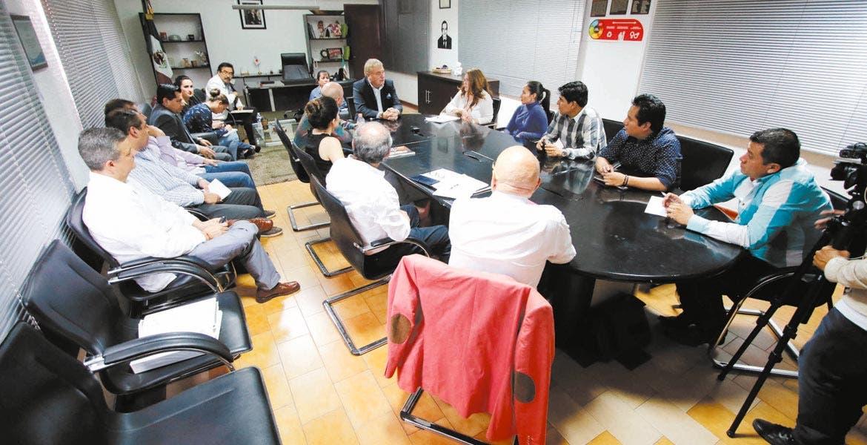 Reunión. El secretario técnico del Ayuntamiento, José Manuel Sanz, se reunió con los servidores públicos para enfatizar la política que ha dispuesto el presidente municipal, Cuauhtémoc Blanco.