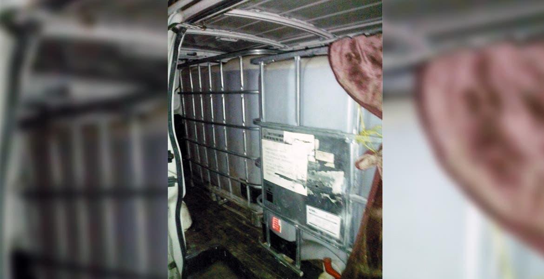 Decomiso. Dos contenedores cargados con 200 litros de gasolina robada les aseguraron a los detenidos.