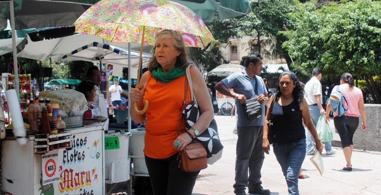 Prevención. Las autoridades piden no exponerse directamente a los rayos solares y mantenerse hidratados en casa y en la calle