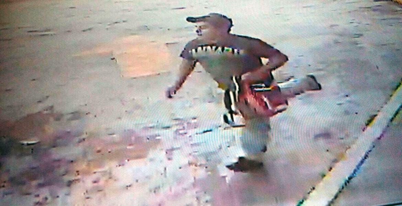 Lo cachan. La cámara de segurida del minisúper captó el momento en que el delincuente huye con el botín en la mano.