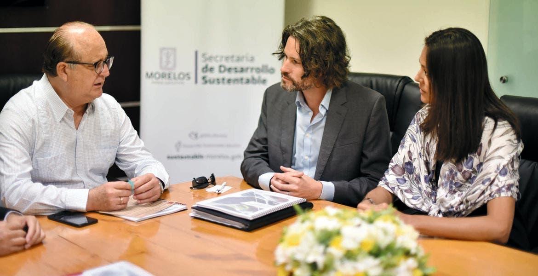 Estrategia. El Gobernador Graco Ramírez conrepresentantes de Carbon Trust, quienes entregaron el Plan Estatal de Gestión de Carbono, elaborado con SDS, en el cual la meta es reducir 25% emisiones de carbono anuales para 2020