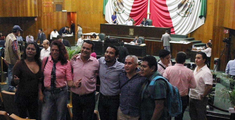 Lucha. Otro grupo de activistas, favorecidos por la aprobación del matrimonio igualitario, festejan en el Congreso.