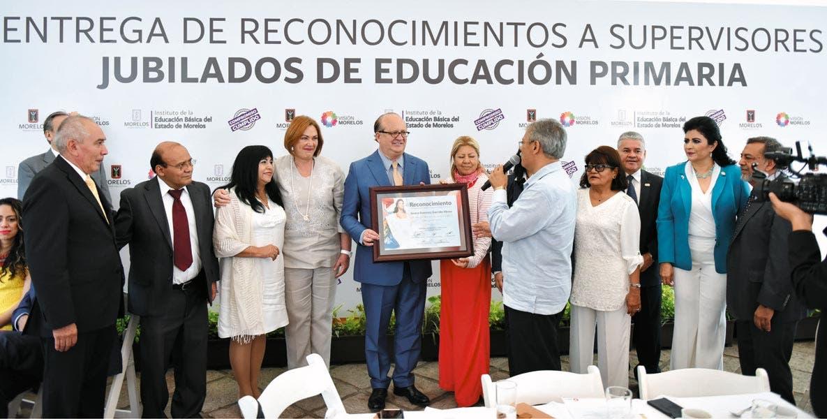 Recíproco. Supervisores jubilados dan al Gobernado Graco Ramírez reconocimiento por su labor en beneficio de la eduación y la niñez morelense.