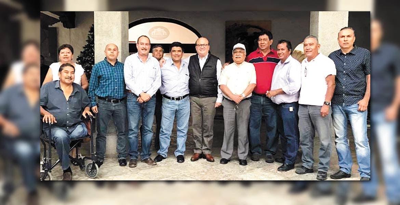 jEncuentro. El Gobernador Graco Ramírez, acompañado por el titular de la Secretaría de Movilidad, Jorge Messeguer Guillén, y concesionarios del transporte, luego del acuerdo para el ajuste del pasaje.