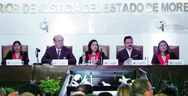 Evento. El Gobernador Graco Ramírez reiteró su apoyo a la nueva presidenta del Tribunal Superior de Justicia, María del Carmen Verónica Cuevas López, y reconoció el trabajo de Nadia Luz Lara Chávez al frente del Poder Judicial.