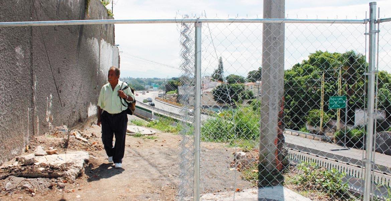 Tránsito. Habitantes continúan cruzando en la zona donde hace una semana un joven cayó y posteriormente murió