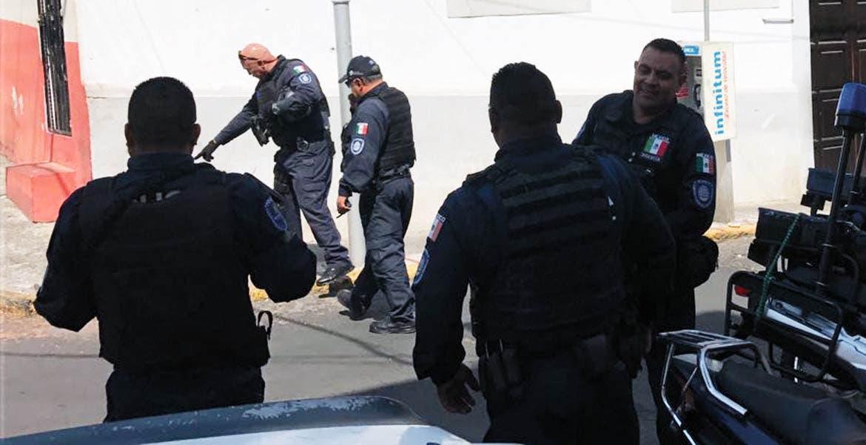 Diligencias. Policías recorrieron el lugar en donde hallaron algunos casquillos percutidos y manchas de sangre, tras el ataque a un hombre en la colonia Carolina.