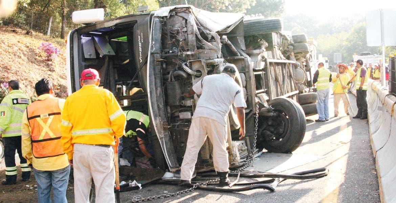 Percance. Personal de rescate maniobra entre los restos del autobús, que llevaban 42 pasajeros a bordo.