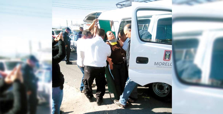 Percance. Once empleados del ayuntamiento de Jonacatepec resultaron lesionados al ser impactada una unidad del DIF en donde viajaban.
