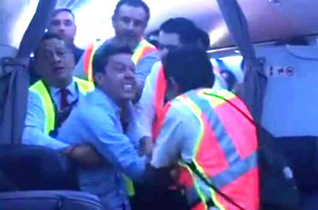 Pasajero se pone violento en pleno vuelo de Aeroméxico; aterrizan de emergencia
