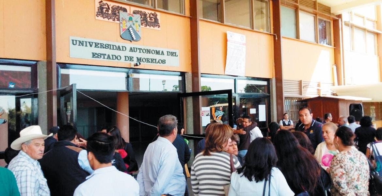 """Postura. Al grito de """"Fuera Vera"""", sindicalizados reiteraron exigir la renuncia del rector de la máxima casa de estudios."""