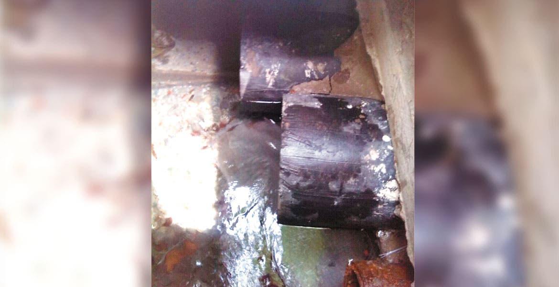 Caudal. Esta imagen muestra el descenso del nivel del agua. Se trata de los ductos que llevan el líquido desde el manantial a los hogares del Centro.