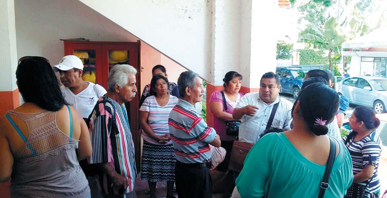 Reclamo. Unos 40 vendedores acudieron ayer a las oficinas municipales para exigir les definan dónde serán reubicados.