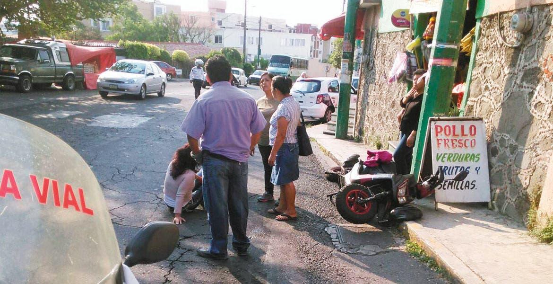 Atención. Laura Mondragón Bautista resultó lesionada al ser impactada por un taxista, cuando viajaba en su moto por la avenida Subida a Chalma, de Cuernavaca.