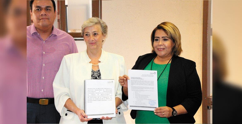 En tiempo. La presidenta del Impepac, Ana Isabel León, expuso a la presidenta del Congreso, Beatriz Vicera, los temas para fortalecer las próximas elecciones