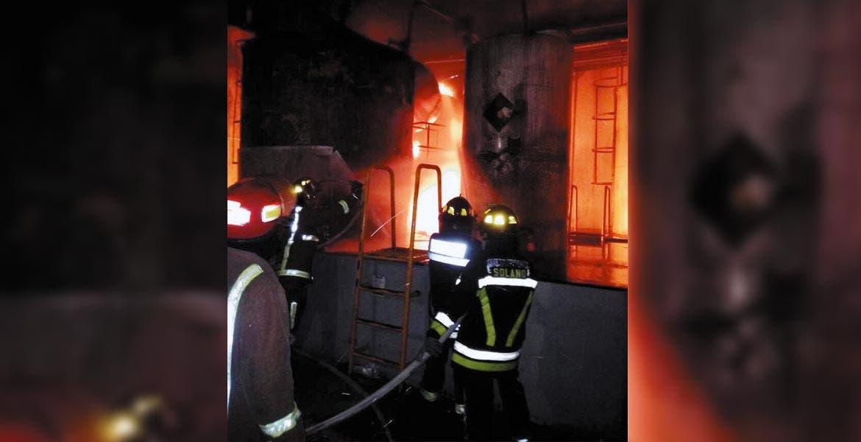 Siniestro. Un incendio se suscitó en el cuarto de máquinas de una empresa refresquera, ubicada en la colonia Condominios Cuauhnáhuac, de Cuernavaca, luego de que explotara una caldera debido a una mala maniobra mientras la reparaban.