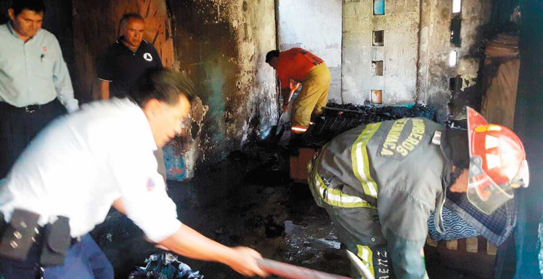 Siniestro. Una familia quedó en la ruina tras suscitarse un incendio que arrasó con su casa, en la calle Mina, de la colonia Lagunilla.