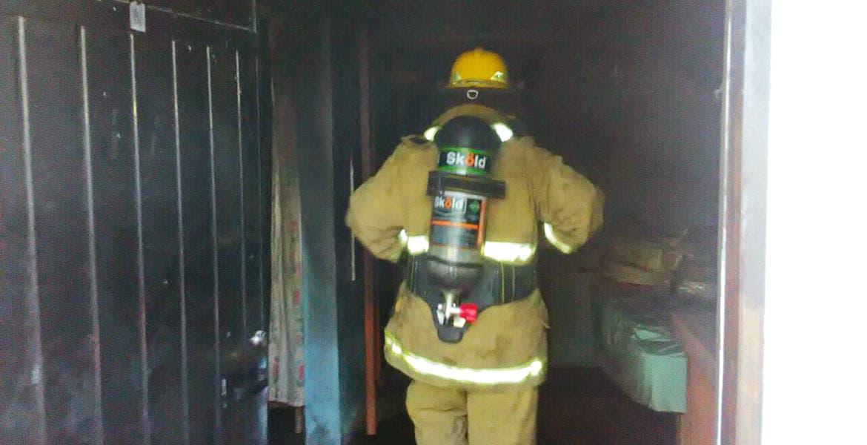 El siniestro. El fuego consumió muebles, ropa y algunos electrodomésticos de la habitación de una casa, ubicada en el poblado de Acatlipa, en Temixco.