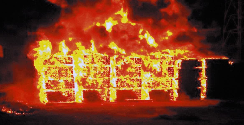 Siniestro. El fuego arrasó con 8 mil 400 durmientes que se encontraban apilados en el patio de la estación del tren de Cuautla.
