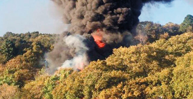 Alarma. Automovilistas que pasaban por el lugar quedaban impresionados por las llamas que originó la quema del combustible.
