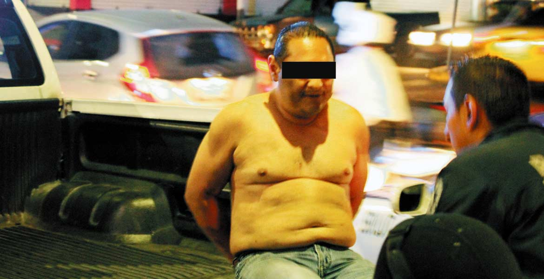 Aseguramiento. El hombre fue subido a una patrulla por alterar el orden público, según dijeron las autoridades.