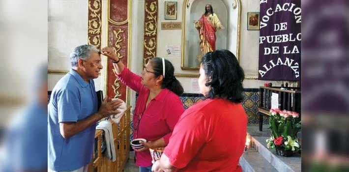 Feligresía. En Catedral y Tepetates, los capitalinos acudieron para recibir la ceniza, con lo que da inicio la temporada de Cuaresma 2017.