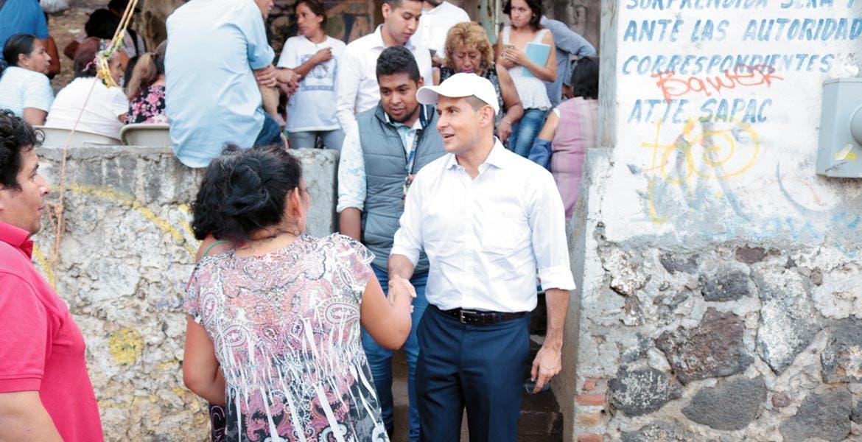 Encuentro. Jaime Álvarez conversó con pobladores de Villa de Santiago, de quienes escuchó sus inquietudes.