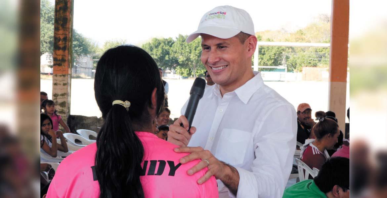 Fomento. El legislador Jaime Álvarez Cisneros entregó uniformes a equipos de futbol.