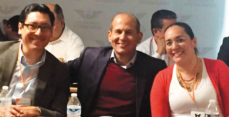 Reunión. El diputado Jaime Álvarez con Jessica Ortega y Alberto Machuca.