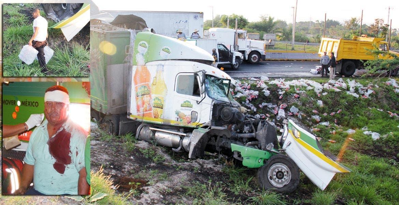 Trailazo. Cientos de refrescos quedaron esparcidos sobre la autopista, luego de que un tráiler de Jarritos chocara y volcara.