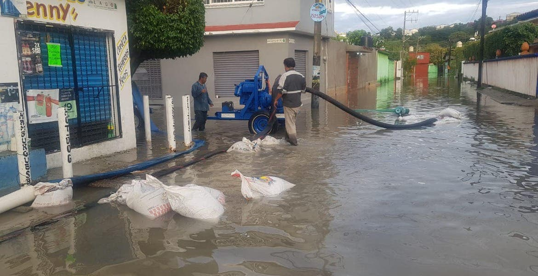 Trabajan para desazolvar calles inundadas en Jiutepec, con apoyo de Conagua